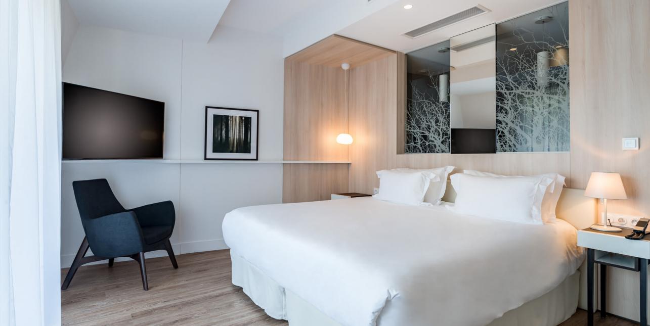 Lit double d'une chambre de l'hôtel Avène hébergement