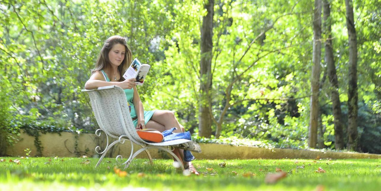 Une femme lisant un livre au parc